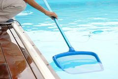 Hotelu pięcioliniowy pracownik czyści basenu Obrazy Royalty Free
