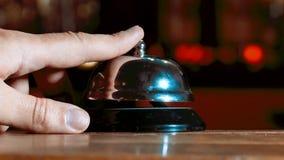 Hotelu pierścionek na drewnianym stołowym tle Bell wezwania rocznika usługa z ręką Restauracyjny dzwonkowy rocznik na bokeh Roczn zdjęcie wideo