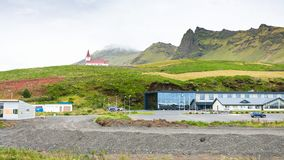 Hotelu teren i Reyniskirkja kościół na wzgórzu w Vik Zdjęcia Royalty Free