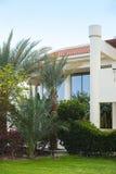 Hotelvoorgevel in Egypte met palmen Stock Foto