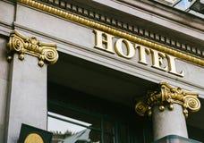 Hotelwoord met gouden brieven Stock Foto