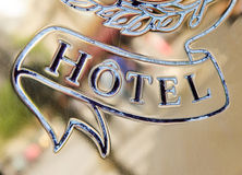 Hotelwoord op gouden plaat wordt gegraveerd die Stock Afbeelding