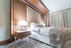 Hotelzimmer mit modernem Innenraum Stockbild