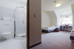 Hotelzimmer mit privatem Badezimmer stockbild