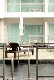 Hotelzimmer mit privatem Pool Stockbilder