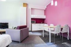 Hotelzimmer mit zwei Einzelbetten stockfotografie