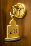 Hotelzimmer-Schlüssel, der in der Zimmertür liegt Stockfotografie