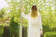 Hotelzimmer voll von Sonnenlichtsonnenstrahlen Optimistischer Anfang Blonde Frau, gemütliche Haupt-Kleidung, Morgentageslicht Neu Lizenzfreie Stockfotos