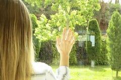 Hotelzimmer voll von Sonnenlichtsonnenstrahlen Optimistischer Anfang Blonde Frau, gemütliche Haupt-Kleidung, Morgentageslicht Neu Lizenzfreies Stockbild