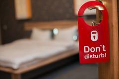 Hotelzimmerinnenraum, Hotelzimmerschlafzimmer, Hotelzimmer mit Blume, Wohnungsraum lizenzfreie stockfotos