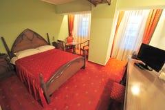 Hotelzimmerinnenraum, Königgrößenschlafzimmer Stockfotografie