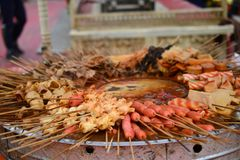 Hotpotvleespennen, malatang, Chinees voedsel, de delicatessen van Xinjiang Uyghur bij Kashgar-nachtmarkt royalty-vrije stock afbeelding