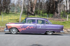 Hotrod de vintage conduisant sur la route de campagne photo stock