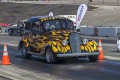 Hotrod en el circuito de carreras Imagen de archivo libre de regalías