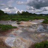 Hotsprings i mudpots między roślinnością Uzon kaldera Obrazy Stock