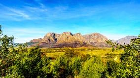 Hottentot-Holland-Berge umgeben durch Weinberge und Ackerland in der Weinregion von Stellenbosch Stockfotografie