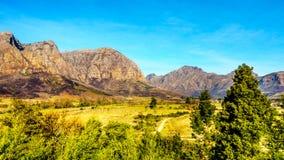 Hottentot-Holland-Berge umgeben durch Weinberge und Ackerland in der Weinregion von Stellenbosch Lizenzfreies Stockfoto
