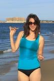 Hottie sorridente alla spiaggia Immagine Stock