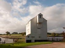 Hou viejo del molino del río del agua de la granja del listón de madera blanco imponente hermoso imagen de archivo