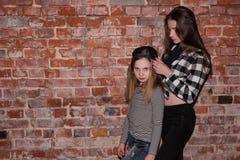 Houblon de hanche pour des adolescents Amitié de style Photographie stock