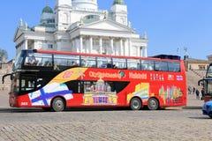 Houblon rouge sur l'houblon outre de l'autobus guidé près de la cathédrale de Helsinki Image libre de droits