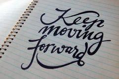 Houd bewegend Voorwaartse kalligrafische achtergrond stock foto