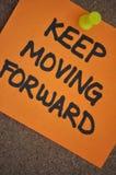 Houd bewegend Voorwaartse Nota over Pinboard Royalty-vrije Stock Foto's