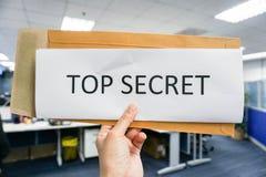 Houd een document van bovenkant - geheim stock foto