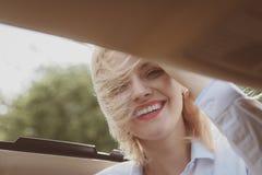 Houd enkel drijf De sexy vrouw geniet weg van reis Mooie vrouwenreis door automobiel vervoer Vriendschappelijk en duurzame Eco royalty-vrije stock foto's