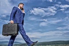 Houd gaand naar uw doel Draagt het zakenman formele kostuum de achtergrond van de aktentashemel Zakenman die zaken oplossen stock foto's