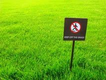 Houd het gras, waarschuwingsbord op een afstand stock fotografie