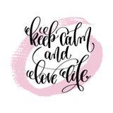 Houd het kalme en liefdeleven hand geschreven het van letters voorzien positief citaat Stock Fotografie