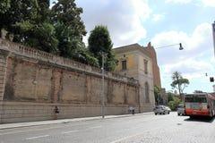 Houd het voertuig bij rode lichten in Rome tegen Stock Foto