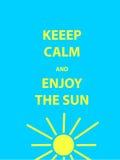 Houd kalm en geniet van het zon motievencitaat Tekst op blauwe achtergrond Stock Afbeeldingen