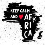 Houd kalm en liefde Afrika Het met de hand geschreven van letters voorzien in silhouet van continent royalty-vrije illustratie