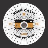 Houd kalm en neem foto's Het vectormalplaatje van het fotografieembleem als druk op t-shirt, affiches te gebruiken Royalty-vrije Stock Afbeelding