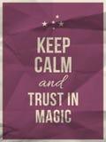 Houd kalm vertrouwen in magisch citaat op verfrommelde document textuur Stock Fotografie