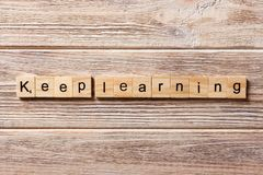 Houd lerend die woord op houtsnede wordt geschreven houd lerend tekst op lijst, concept stock foto's