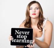 Houd nooit leren tegen geschreven op het virtuele scherm mooie vrouw die met naakte schouders PC-tablet houden technologie Stock Foto