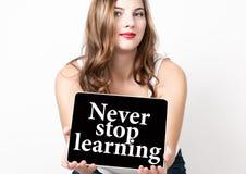 Houd nooit leren tegen geschreven op het virtuele scherm Technologie, Internet en voorzien van een netwerkconcept mooie vrouw met Stock Fotografie