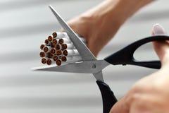 Houd op Smoking Close-up van Vrouwenhanden die Sigaretten snijden Stock Afbeeldingen