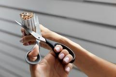 Houd op Smoking Close-up van Vrouwenhanden die Sigaretten snijden royalty-vrije stock foto's