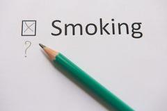 Houd op Smoking het woord die geschreven op Witboek met kruis ROKEN wordt stock afbeelding