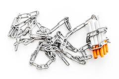 Houd op Smoking Sigaretten in kettingen op witte hoogste mening als achtergrond stock foto