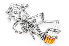 Houd op Smoking Sigaretten in kettingen op witte hoogste mening als achtergrond royalty-vrije stock foto