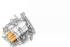 Houd op Smoking Sigaretten in kettingen op witte hoogste mening als achtergrond copyspace stock afbeeldingen
