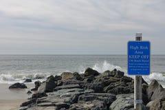 Houd rotsen op het strand van Kaapmei op een afstand Royalty-vrije Stock Fotografie