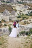 Houden het de dag houdende van paar van Valentine in aardomhelzingen en kussen, de man en de vrouw van elkaar Bergen van cappadoc royalty-vrije stock fotografie