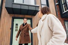 Houdend enkel van echtpaar die hand in hand terwijl het verlaten van huis lopen royalty-vrije stock afbeeldingen