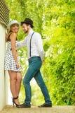 Houdend paar van het retro stijl openlucht flirten Stock Foto